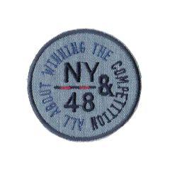 Applikation Button NY&48 auf heller Jeans/grauem jersey - 5 Stück